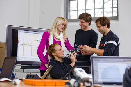 Abwechslungsreiches und praxisnahes Studium macht Spaß: In Hörsälen und Labors der FH Osnabrück werden künftige Elektrotechnik-Fachleute ausgebildet