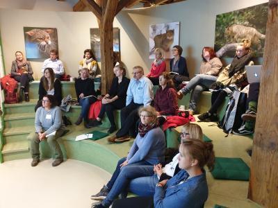 Teilnehmer der Veranstaltungsreihe beim Vortrag im Wildkatzendorf (c) Welterberegion Wartburg Hainich e.V.