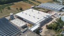 Der größte Anteil der Investitionen der Hansgrohe Group mit 55,1 Millionen Euro (plus 39 Prozent zum Vorjahr) floss 2018 in die deutschen Standorte, insbesondere in den Bau einer Kunststoffgalvanik im Werk Offenburg. Diese neue Kunststoffgalvanik (Gebäude in der Mitte des Bildes) wird im Frühjahr 2019 in Betrieb genommen. Copyright: Hansgrohe SE / Drohnenflug Henn