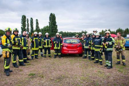 """Ausbildung am Original: Opel stellte 25 neuwertige Fahrzeuge auf den """"Weber Rescue Days"""" zur Verfügung, an denen der professionelle Rettungseinsatz geübt werden konnte"""
