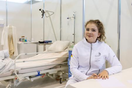 """Elisabeth Hölscher ist Europameisterin in der Disziplin """"Gesundheits- und Sozialbetreuung"""". Bei den EuroSkills Budapest 2018 gewann die 20-Jährige Gold und will in diesem Jahr auch bei der WM der Berufe, den WorldSkills Kasan 2019, auf Weltniveau glänzen. Mit ihrem internationalen Erfolg setzt sie sich auch in Deutschland für die Steigerung der Anerkennung der Pflegeberufe ein."""