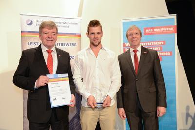 Aus der Hand der Vizepräsidenten Alois Jöst (rechts) und Martin Sättele (links) erhielt Jeremy Rimmler (Mitte) die Ausbildungs-Stele 2015 der Handwerkskammer Mannheim Rhein-Neckar-Odenwald für hervorragende Ausbildungsleistungen