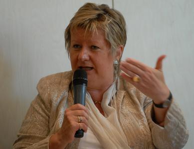 """NRW-Schulministerin Sylvia Löhrmann während des Symposiums zum Schulwandern in Düsseldorf: """"Schulwanderungen erleichtern den Zugang zu einer umfassenden Umweltbildung."""" (Foto: J. Kuhr /DWV)"""