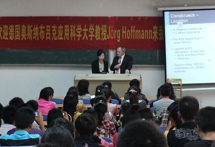 Prof. Dr. Jörg Hoffmann, Leiter des Internationalen Büros der Fakultät IuI, ist Kontaktprofessor von fünf chinesischen Universitäten (hier mit einer Übersetzerin bei einem Vortrag an der Universität Nanjing)