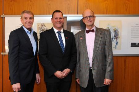 Kammerpräsident Harald Herrmann (links) und Hauptgeschäftsführer Dr. Joachim Eisert (rechts) gratulieren Matthias Schatz zur Bestellung als Sachverständigem / Foto: Handwerkskammer