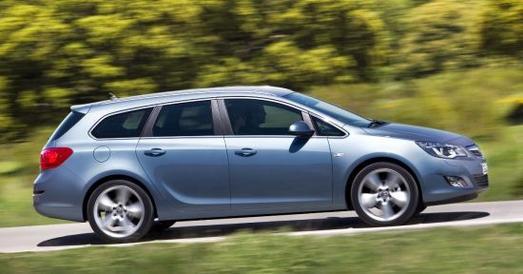 Der Opel Astra Sports Tourer 2.0 CDTI absolvierte den auto, motor und sport Dauertest mit Bravour. Der geräumige Kombi schnitt als bester, je getesteter Kompaktwagen bei dem Stuttgarter Automobil-Fachmagazin ab. Seit Sommer 2012 gibt es die Facelift-Version des Astra (Foto: Opel Astra Sports Tourer bis Sommer 2012)