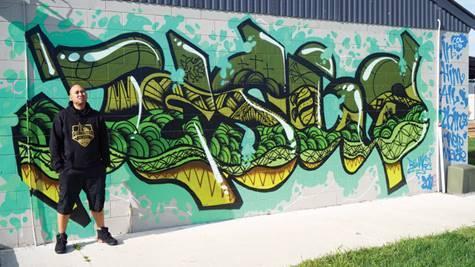Pastor Tulaga Aiolupotea vor Evangeliums-Graffiti © Foto: Jarrod Stackelroth/Adventist Record