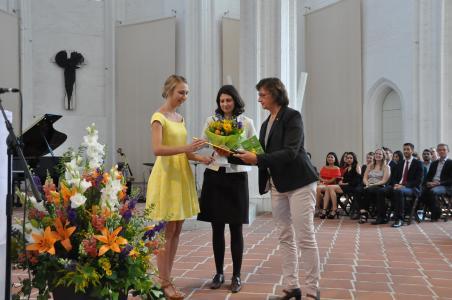 Preisträgerin Kyra Bollmeyer (links), Prof. Dr. Monique Janneck (Mitte), FH Lübeck und Soroptimist Präsidentin Dr. Rosemarie Pulz bei der Preisverleihung
