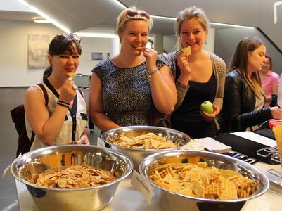 Theresa Schwarz, Florentine Kosfeld und Julia Eubling (v.l.), Studentinnen Midwifery, schmeckt die vegane Waffel mit Kartoffelstärke am besten