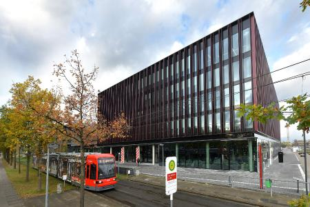 Neues Hauptgebäude mit BSAG-Haltestelle Lise-Meitner-Strasse (Copyright: Die Sparkasse Bremen; M. Bahlo)