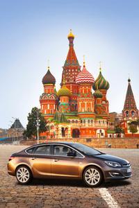 Im Rampenlicht des Moskauer Internationalen Automobilsalon: Die nagelneue sportlich-elegante Astra-Limousine – nur eine von vier Opel-Weltpremieren auf der Messe, die am 29. August beginnt. Als weitere Mitglieder der Astra-Familie mit innovativem und frischem Design präsentiert Opel den neuen Fünftürer und Sports Tourer. Als vierte Weltpremiere zeigt Opel in Moskau den aufgeladenen 1,6-Liter Vierzylinder-Benziner der neuen mittleren Benzinergeneration