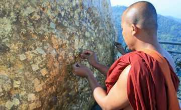 Im Süden Myanmars tauchen kleine Wikinger-Gruppen tief ins Unbekannte ein. Hier klebt ein Mönch Blattgold auf den Golden Rock