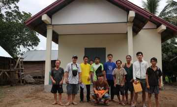 Die Dorfbewohnger sind froh, endlich einen Lehrer vor Ort zu haben