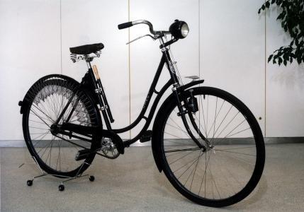 Damenrad: In den Dreißigern sind einige luxuriöse Modelle schon mit Licht und Luftpumpe ausgestattet
