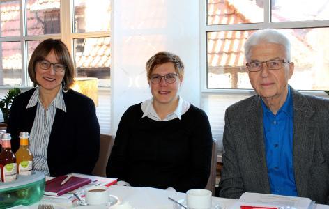 Monika Schenker (von links), Leiterin der Volkshochschule des Vogelsbergkreises, Monique Abel vom Pflegestützpunkt Vogelsbergkreis und Dr. Bernd Liller, Vorsitzender des Kreis-Seniorenbeirats, bei der ersten Sitzung für das Jahr 2020 / Foto: Christian Lips/Vogelsbergkreis