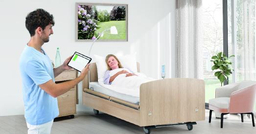 Über ein Sensor-Pad, welches unter der Matratze positioniert wird, können Bewegungs- und Vitaldaten ermittelt und auf mobilen Endgeräten sowie am PC für das Pflegepersonal oder Ärzte visualisiert werden.