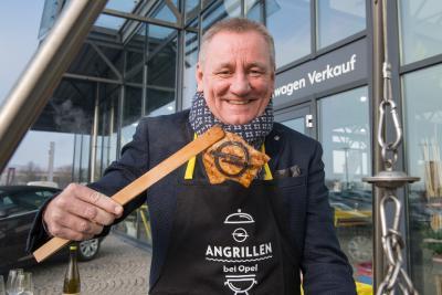 Im Einsatz: Peter Küspert, Geschäftsführer Vertrieb und Marketing am Grill im Autohaus Honrath in Bingen