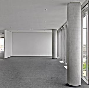 Die Büroräume wirken großzügig, schlicht und edel in ihren Anthrazit- und Weißtönen