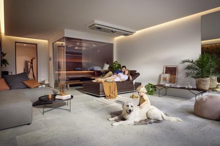 Ein Familienort: Die KLAFS Sauna Aurora und Pendelliege SWAY bringen Exklusivität, Design und Gemütlichkeit zusammen. Wer einen Wellnessbereich im eigenen Haus einrichtet, schafft einen einmaligen Ort der Ruhe und Vertrautheit für die ganze Familie.