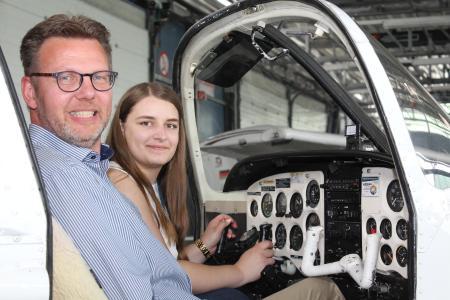 Steffen Schrader (Studiengangsbeauftragter von Aircraft and Flight Engineering) und Studentin Maria Becker im Cockpit