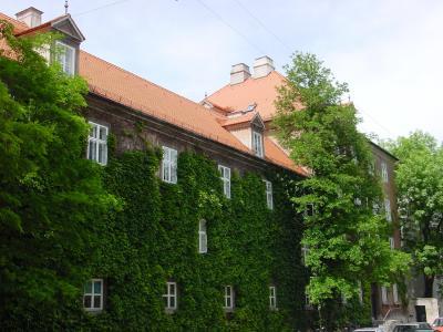 """Die wohl älteste Form der """"vorgehängten hinterlüfteten Fassade"""" ist übrigens die Fassadenbegrünung."""