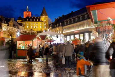 In der Mayener Innenstadt wie auch auf dem Mayener Weihnachtsmarkt kann man am 14. Dezember bis 22 Uhr in vorweihnachtlicher Atmosphäre seine Geschenke besorgen und ein paar gemütliche Stunden verbringen.