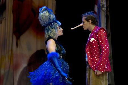 Tamara Theisen (Fee); Paul- Louis Schopf (Pinocchio). Fotograf: THOMAS BRAUN