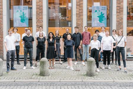 """20 Master-Studierende der HSB und der HfK vor der Ausstellung """"Interspace I Die nachhaltige Stadt"""""""