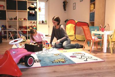 Jasmin Kaiser mit ihrer Nichte Merle im großen Spielzimmer – sie ist eine der frisch qualifizierten Tagesmütter. Ihr neues Tagespflegeangebot BUKASILAND in Burkhards ist das bislang einzige im Raum Schotten (Foto: Gaby Richter)