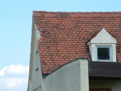 Ein typisches – aber auch vermeidbares – Schadensbild: Im seitlichen (Ortgang-) Bereich hat der Windsog Teile der Eindeckung abgehoben. Hier kann aus einem relativ kleinen Schaden schnell ein kapitaler Dachschaden entstehen, Foto: HF.Redaktion