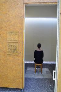Le[ ]rstelle: Kunsttherapeutin Michaela Demuth sitzt in Rauminstallation