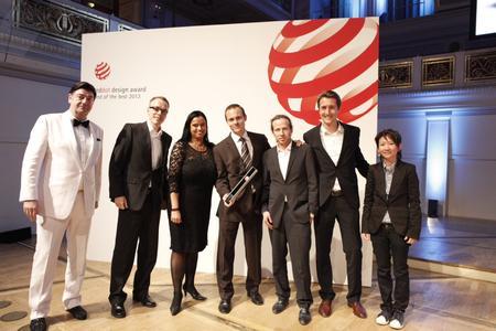 Annette Elberskirch, Opel-Managerin für Digital Marketing Communication, feiert den Red Dot Award für die ADAM-App mit den Vertretern der Partnerfirmen RTT und Sevenval © GM Company