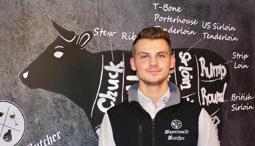 Tradition trifft Innovation: Der 20-jährige Nachwuchs-Metzgermeister Florian Zankl aus Niederbayern beliefert Kunden mit traditionellen bayerischen Spezialitäten und Trend-Produkten von Rind und Schwein. Foto: obx-news/Handwerkskammer