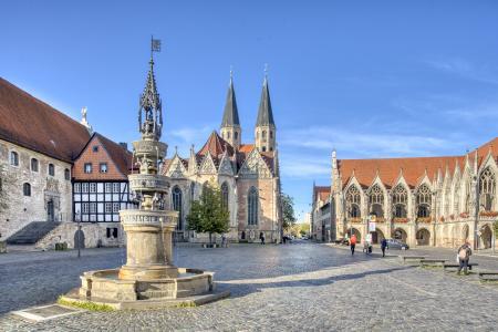 Den Altstadtmarkt säumen neben der St. Martini-Kirche weitere historische Gebäude wie das Gewandhaus und das Altstadtrathaus. (Foto: Braunschweig Stadtmarketing GmbH/Christian Bierwagen)