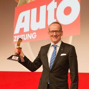 Klarer Sieg: Opel-Vorstandsvorsitzender Dr. Karl-Thomas Neumann mit der Autotrophy, die der Opel ADAM mit großem Vorsprung gewinnen konnte