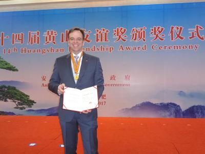 Prof. Dr. Michael Schüller engagiert sich seit vielen Jahren für die Studienrichtung LOGinChina, die von der Hochschule Osnabrück in Kooperation mit der Universität Hefei chinesischen Studierenden angeboten wird. Für sein Engagement wurde ihm nun mit dem Freundschaftspreis der Provinz Anhui gedankt