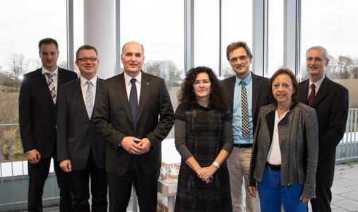 Die niedersächsische Wissenschaftsministerin, Dr. Gabriele Heinen-Kljajić (4.v.r.) mit dem Präsidium der Hochschule Osnabrück (Foto: Ralf Garten)