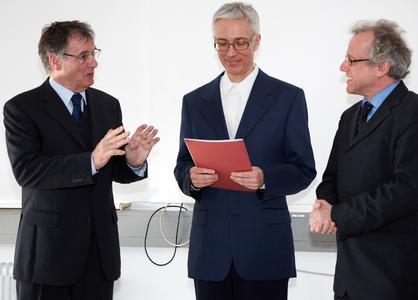 Master-Absolvent Andreas Rapp (mi) mit den betreuenden Professoren Prof. Dr. Heinz Schmidt-Walter (li) und Prof. Dr. Ralf Mayer (re) an der Hochschule Darmstadt. Foto: h_da