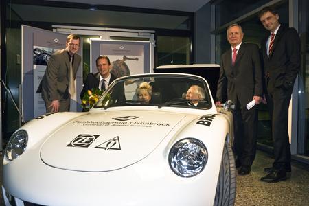 Osnabrücker Forscher auf der Überholspur (von links): Caspar Lovell und Prof. Dr. Norbert Austerhoff mit den Preisstiftern Marion Diekmann und Konrad Schäfer. Prof. Dr. Peter Seifert und Prof. Dr. Andreas Bertram gratulierten