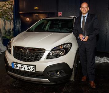 Mokka bester SUV seiner Klasse: Marcus Ziegler, Opel-Direktor Verkauf an Groß- und Gewerbekunden (links), übernimmt die Auszeichnung für den stylischen Opel-SUV von Off Road-Redakteur Julian Hoffmann © GM Company