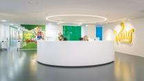 Im Bürokomplex des britischen Onlinespiele-Herstellers King in Stockholm – The Kingdom – bereichern Sitzlösungen von RH, einer Marke von Flokk, das kreative Arbeitsumfeld (Foto: © Lasse Olsson/Flokk)