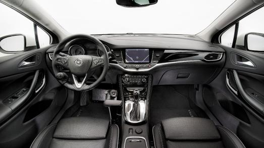 Blinker, Licht, Hupe und Scheibenwischer: Mit der Veigel Commander-Funkfernbedienung am Handgashebel haben körperlich eingeschränkte Opel-Fahrer alles im Griff