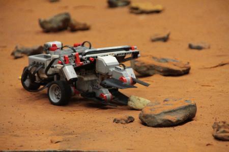 """Der Mars-Rover """"Beppi"""" bei der Arbeit / Fotograf / Quelle: TH Wildau / Bernd Schlütter"""