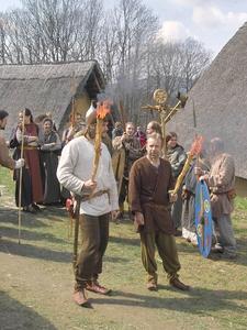 In dem nach archäologischen Vorbildern errichteten Keltendorf Gabreta nahe dem Ferienort Ringelai im Bayerischen Wald kann mit allen Sinnen nachempfunden werden, wie die Menschen der Eisenzeit vor mehr als 2000 Jahren lebten und arbeiteten. Foto: obx-news