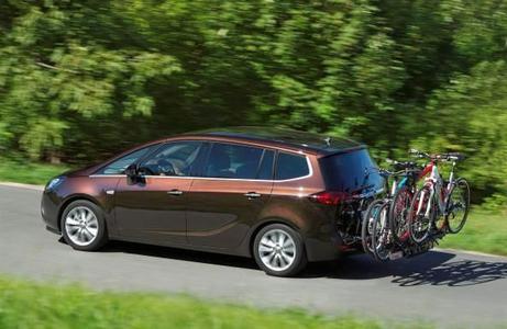 Für den Astra Sports Tourer steht jetzt die weiterentwickelte, zweite Generation des innovativen Opel FlexFix-Fahrradträgersystem zur Verfügung. Sie erlaubt den Transport von bis zu vier Fahrrädern und macht so die Mitnahme der fahrbaren Untersätze in den Urlaub oder beim Wochenendausflug ins Grüne mit Familie und Freunden zu einer entspannten Angelegenheit