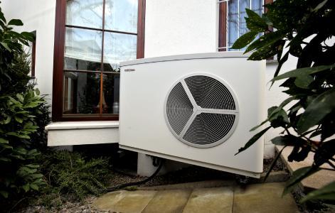 STIEBEL ELTRON-Trendmonitor: Nur 45 Prozent der Befragten wussten, dass Wärmepumpen mittlerweile in fast jedem Haus eingesetzt werden können – auch in Bestandsbauten älterer Baujahre