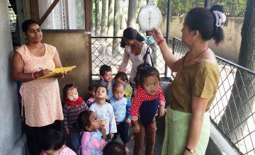 """""""Wiegetag"""" in der nepalesischen Krabbelstube"""