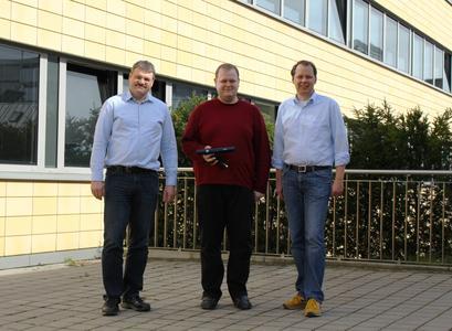 """Die Professoren der HS Osnabrück Heinz-Josef Eikerling (links) und Michael Uelschen (rechts) entwickelten die preisgekrönte Idee des """"kontaktlosen Monitorings""""; der Master-Student Florian Lutterbeck beteiligt sich an der Forschungsarbeit und hat bereits eine Schnittstelle zur Schritterkennung der überwachten Personen entwickelt"""