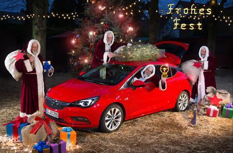 Schicker Schlitten: Der frisch mit dem Goldenen Lenkrad ausgezeichnete neue Astra ist der Star unter den Opel-Premieren 2015 und der Liebling des Weihnachtsmanns / Foto: Adam Opel AG