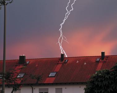 Wehe, wenn der bis zu 300.000[sup]o[/sup] C. heiße Blitz einschlägt. Dann bietet nur noch eine fachgerecht geplante und montierte Blitzschutzanlage zuverlässigen Schutz